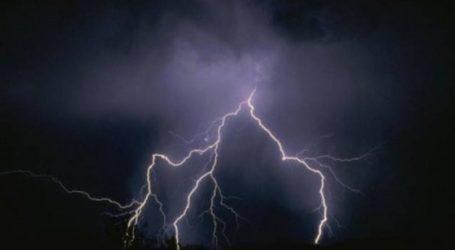 ΤΩΡΑ: Κεραυνοί και καταιγίδα στον Βόλο
