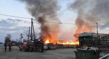 Καίγεται εργοστάσιο με παλέτες σε χωριό έξω από τη Λάρισα