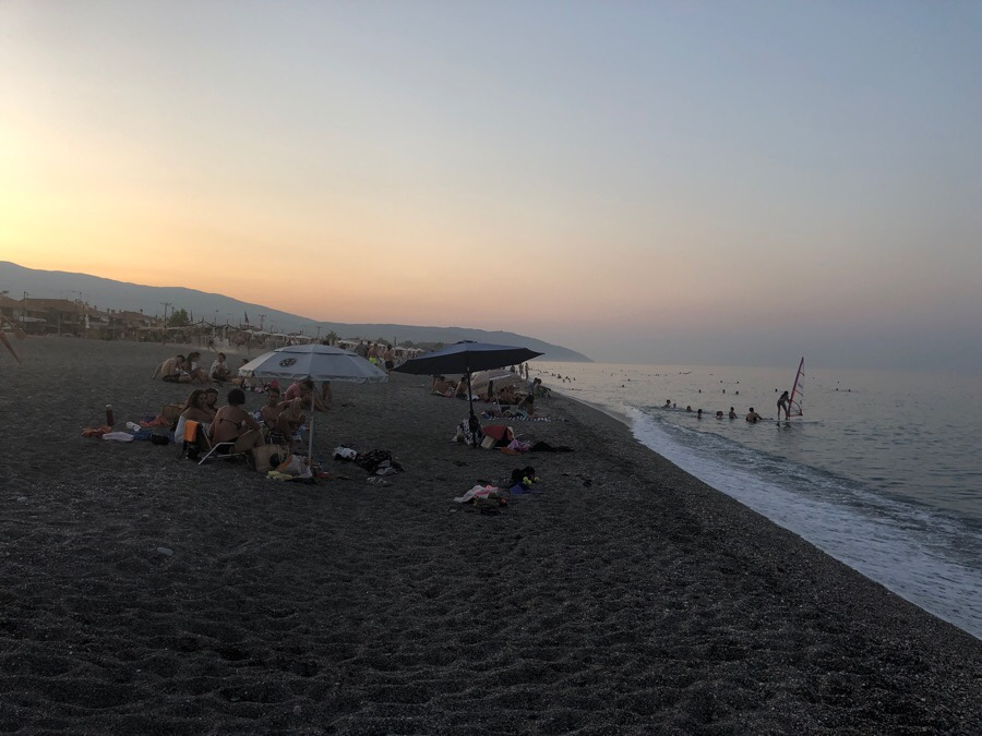 Νυχτώνει αλλά οι παραλίες παραμένουν γεμάτες στον Αγιόκαμπο! (Φωτό)