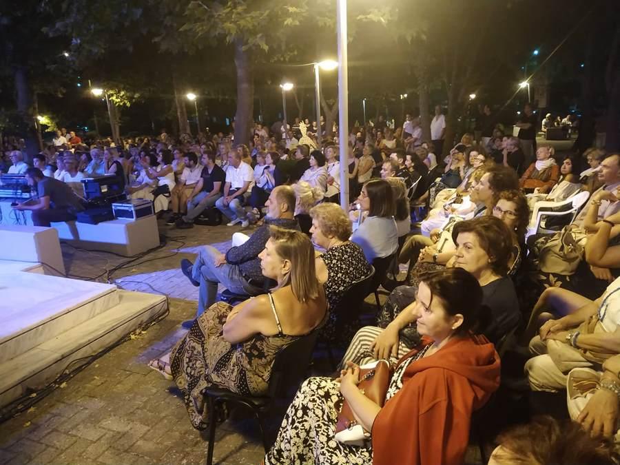 Υπό το σεληνόφως πλήθος Λαρισαίων απόλαυσε αγαπημένα τραγούδια για το φεγγάρι στην Δημοτική Πινακοθήκη (φωτο – βίντεο)