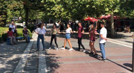 Χοροί και τραγούδια ξεσηκώνουν τους περαστικούς στο κέντρο της Λάρισας (video)