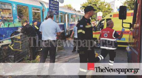 ΤΩΡΑ: ΙΧ παρασύρθηκε από τρένο στον Βόλο – Στο νοσοκομείο η οδηγός [εικόνες]