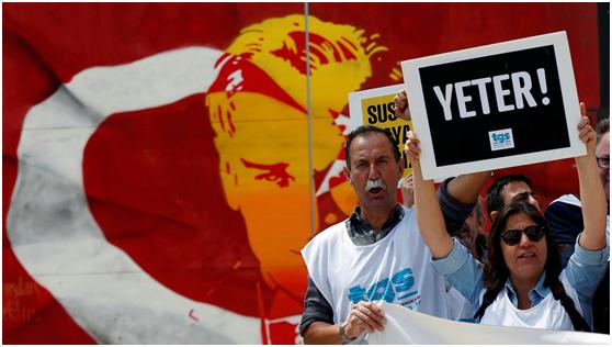 Μέλη της Ένωσης Δημοσιογράφων της Τουρκίας φωνάζουν συνθήματα κατά τη διάρκεια επίδειξης για την Παγκόσμια Ημέρα Ελευθερίας του Τύπου στην κεντρική Κωνσταντινούπολη στις 3 Μαΐου 2017. Η πλακέτα αναφέρει: «Αρκετά!»