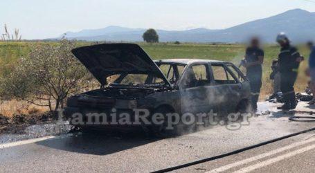 Αυτοκίνητο πήρε φωτιά εν κινήσει και κάηκε ολοσχερώς