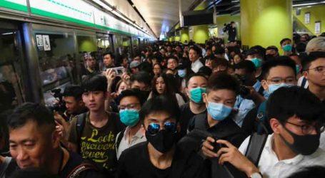 Σταθμός του μετρό πλημμύρισε, οι διαδηλωτές κατέλαβαν εμπορικό κέντρο