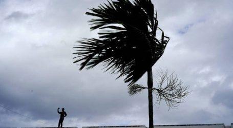 Ο κυκλώνας Ντόριαν υποβαθμίστηκε στην κατηγορία 1 αλλά παραμένει απειλητικός
