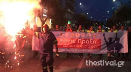 Mε σφυρίχτρες, σειρήνες και πυρσούς, οι ένστολοι στους δρόμους της Θεσσαλονίκης