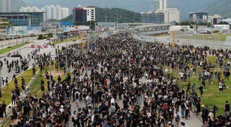 Η αστυνομία εμπόδισε τους διαδηλωτές να πλησιάσουν στο αεροδρόμιο