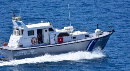 Στo λιμάνι της Σύρου ρυμουλκείται το φορτηγό πλοίο «Μιχάλης»