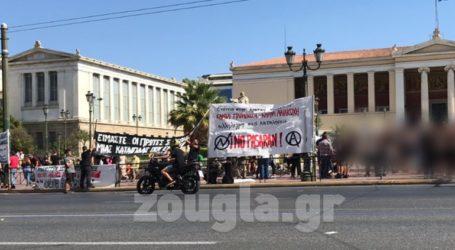 Διαδήλωση στα Προπύλαια κατά της εκκένωσης των καταλήψεων στα Εξάρχεια