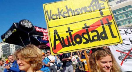 """Διαδήλωση στην έκθεση αυτοκινήτου της Φραγκφούρτης, υπέρ των """"πράσινων"""" τρόπων μεταφοράς"""