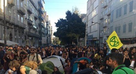 Αστυνομικοί απομάκρυναν βιαίως οικολόγους που απέκλεισαν οδική αρτηρία της Λισαβόνας