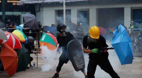 Οι αστυνομικοί χρησιμοποίησαν σπρέι πιπεριού για να διαλύσουν διαδηλωτές στο Χονγκ Κονγκ