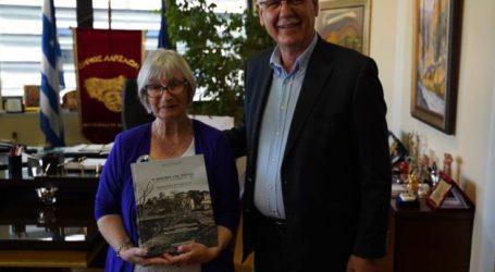 Συνάντηση με την Αυστραλή συγγραφέα Maureen Riches είχε ο δήμαρχος Λαρισαίων