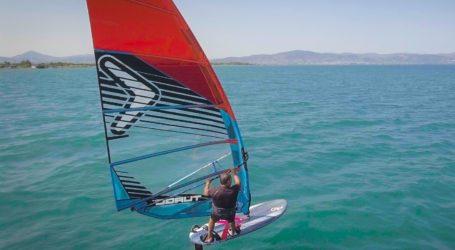 Δημήτρης Τζώρτζης: Ο Βολιώτης που «σχίζει» τις θάλασσες κάνοντας windsurfing hydrofoil