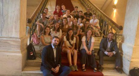 Γερμανοί μαθητές ξεναγήθηκαν στη Βουλή από τον Αλ. Μεϊκόπουλου