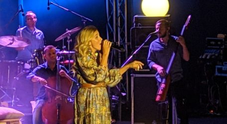 Ταξίδεψε μουσικά τους Λαρισαίους η Νατάσσα Μποφίλιου στο Κηποθέατρο Αλκαζάρ (φωτο – βίντεο)