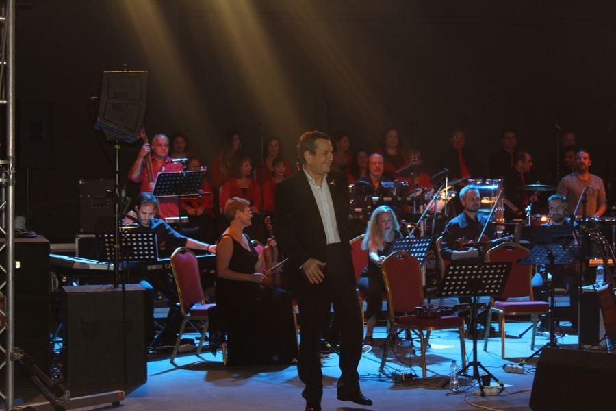 Πλήθος κόσμου στη μεγάλη φιλανθρωπική συναυλία με τον Σταμάτη Σπανουδάκη στη Λάρισα (φωτο - βίντεο)