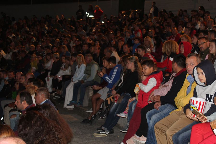 Το αδιαχώρητο στην παράσταση του Μάρκου Σεφερλή στη Λάρισα (φωτο)