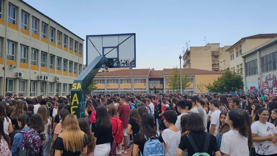 Χαμόγελα στο πρώτο κουδούνι στα σχολεία της Λάρισας – Ιερώνυμος σε μαθητές: «Κάντε …ντου»,  ευχές από Καλογιάννη (φωτο)