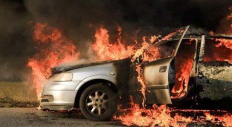 Αυτοκίνητο εξετράπη της πορείας του έξω από τη Λάρισα και τυλίχθηκε στις φλόγες