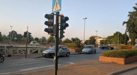 Φωτεινούς σηματοδότες σε κόμβους του οδικού δικτύου της Π.Ε. Λάρισας συντηρεί η Περιφέρεια Θεσσαλίας