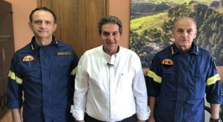 Εθιμοτυπικά στο νέο δήμαρχο Φαρσάλων ο διοικητής Πυροσβεστικών Υπηρεσιών Θεσσαλίας