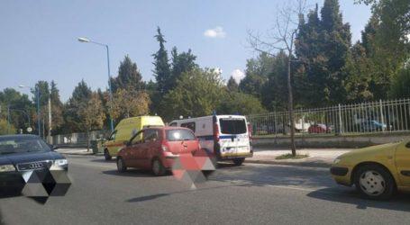 Σύγκρουση αυτοκινήτου με μηχανάκι στη Λάρισα – Στο νοσοκομείο ένας 30χρονος (φωτο)