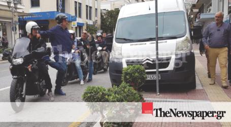 «Σερίφης» Μπέος: Έφοδος σε κεντρικούς δρόμους – Έδιωξε τα παρανόμως σταθμευμένα οχήματα [εικόνες και βίντεο]
