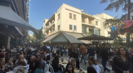 «Βούλιαξαν» τα café και τα τσιπουράδικα στη Λάρισα αμέσως μετά την παρέλαση (φωτο)