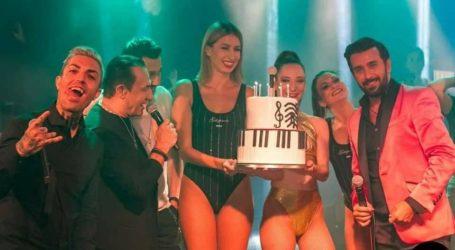 Η έκπληξη γενεθλίων on stage στον Θάνο Πετρέλη από τους συνεργάτες του