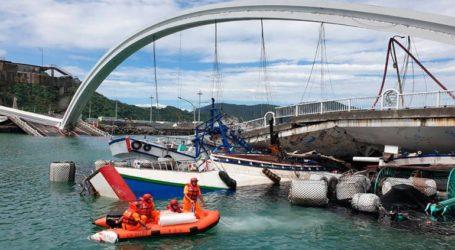 Έξι άνθρωποι παγιδευμένοι μετά την κατάρρευση γέφυρας