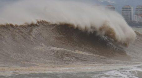Τουλάχιστον εννέα άνθρωποι έχασαν τη ζωή τους από τυφώνα