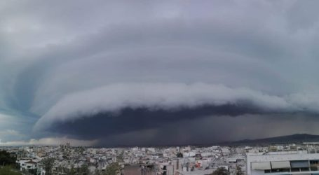 Εντυπωσιακό shelf cloud πάνω από την Αττική