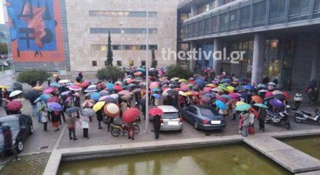 Διαμαρτυρία με χρωματιστές ομπρέλες για τα αρχαία του Μετρό
