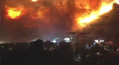 Μεγάλη φωτιά σε πόλη του Λος Άντζελες: Καίει σπίτια και εγκαταστάσεις