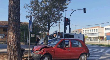 Τροχαίο ατύχημα στη Λάρισα – Αυτοκίνητο «καρφώθηκε» σε δέντρο
