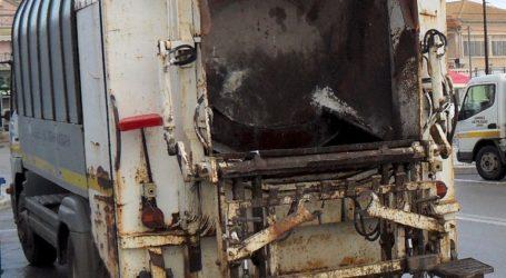 Ηράκλειο: Φορτηγάκι «σφηνώθηκε» σε απορριμματοφόρο