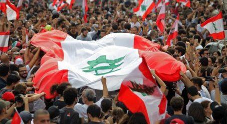 Με ενθουσιασμό υποδέχτηκαν οι διαδηλωτές την παραίτηση της κυβέρνησης