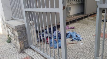 Του πέταξε τα ρούχα στο δρόμο… από το μπαλκόνι!