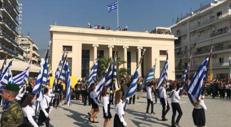 Με λαμπρότητα τιμήθηκε η 28η Οκτωβρίου στον Βόλο – Δείτε εικόνες από την παρέλαση