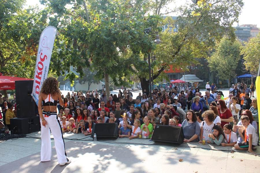 Ξεφάντωσε η νεολαία της Λάρισας στην συναυλία της Ειρήνης Παπαδοπούλου στην Κεντρική πλατεία (φωτο – βίντεο)