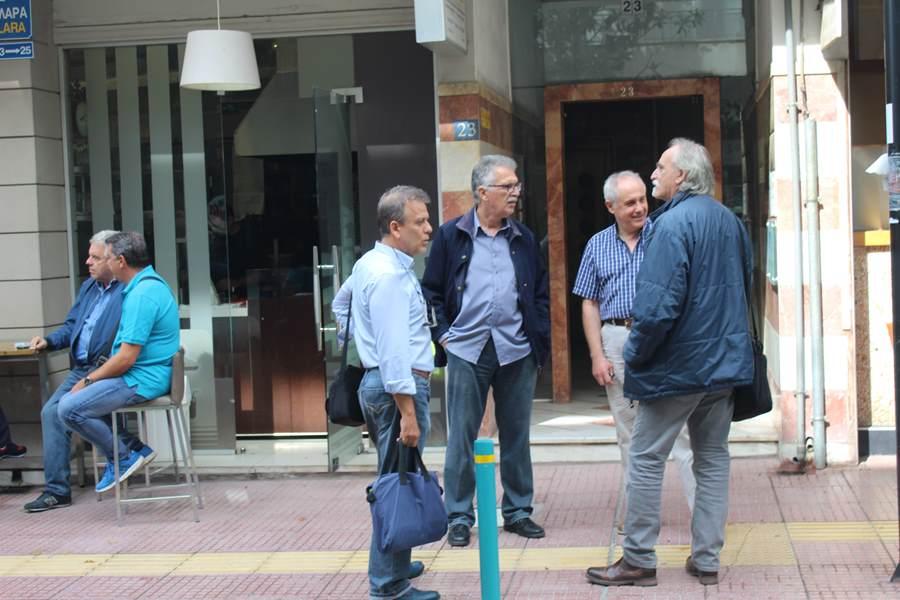 Παράσταση διαμαρτυρίας πραγματοποίησαν Λαρισαίοι εκπαιδευτικοί στην Περιφερειακή Δ/νση Εκπαίδευσης Θεσσαλίας (φωτο)