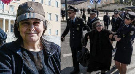 Ελένη Λουκά: Διέκοψε την μαθητική παρέλαση και την πήραν σηκωτή οι αστυνομικοί