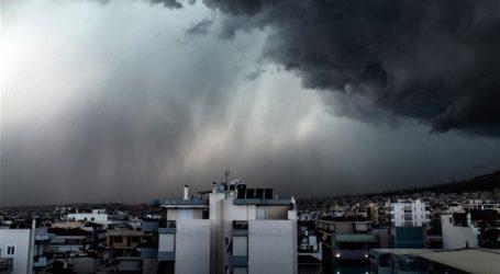 ΤΩΡΑ: Ισχυρό μπουρίνι πλήττει τον Βόλο