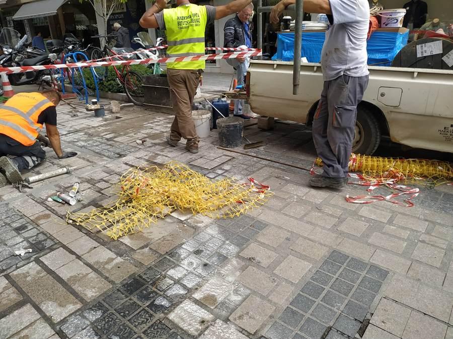 Νέες βυθιζόμενες μπάρες τοποθετούνται σε πεζόδρομο στη Λάρισα (φωτο)
