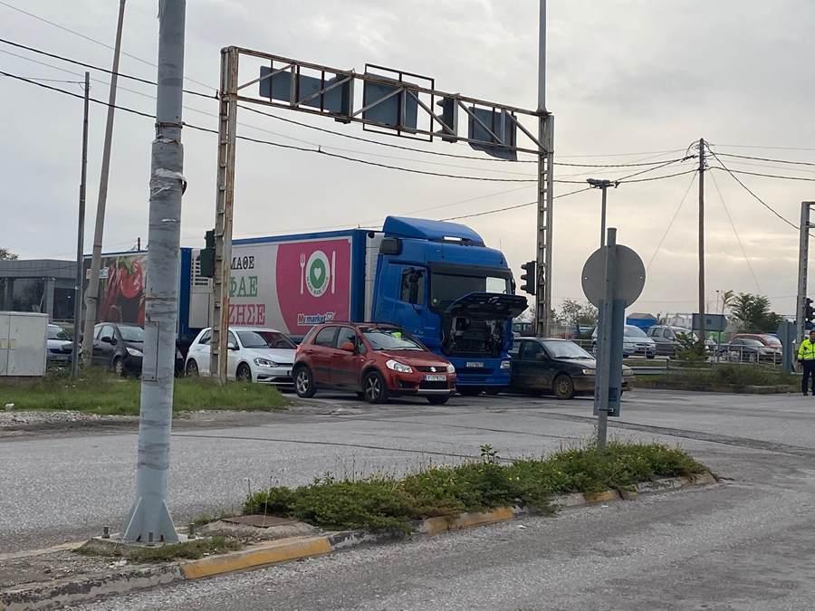 Νταλίκα ακινητοποιήθηκε λόγω βλάβης και προκάλεσε κυκλοφοριακό κομφούζιο στη Λάρισα (φωτο)