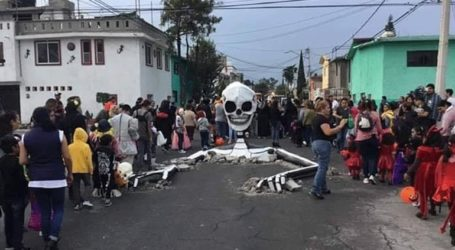 Τεράστιος σκελετός αναδύεται από δρόμο για την «Ημέρα των Νεκρών»