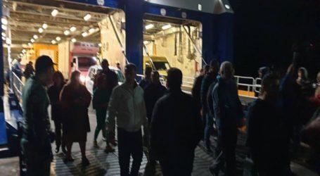 Ο Δήμαρχος και κάτοικοι έστησαν μπλόκο με στόχο να εμποδίσουν την αποβίβαση προσφύγων στο λιμάνι