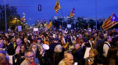 Χιλιάδες αυτονομιστές διαδηλώνουν κατά της επίσκεψης του βασιλιά Φελίπε ΣΤ' στη Βαρκελώνη